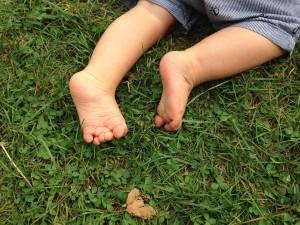dziecko-na-trawie